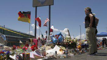 En esta foto del 12 de agoisto de 2019, gente visita un monumento improvisado cerca del Walmart de El Paso, Texas, donde un hombre mató a tiros a 22 personas. Las autoridades de la ciudad en la frontera con México inaugurarán el martes 3 de agosto de 2021 un jardín en memoria de los muertos.