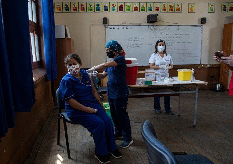 Una maestra recibe la primera dosis de la vacuna CoronaVac para COVID-19