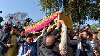Los dolientes llevan el ataúd de la periodista Malalai Maiwand, quien fue asesinada a tiros por hombres armados en Jalalabad el 10 de diciembre de 2020.