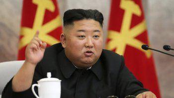 En esta imagen sin fecha proporcionada el domingo 24 de mayo de 2020 por el gobierno norcoreano, el líder de Corea del Norte, Kim Jong Un, habla durante una reunión de la Séptima Comisión Militar Central del Partido de los Trabajadores de Corea, en Corea del Norte.