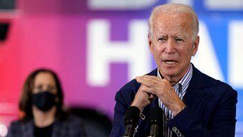 El candidato presidencial demócrata Joe Biden habla y la candidata a vicepresidenta Kamala Harris escucha en un acto en el sindicato de carpinteros en Phoenix, 8 de octubre de 2020.