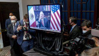 El presidente de EEUU, Joe Biden sostiene una reunión virtual el lunes 1 de marzo de 2021 con su homólogo mexicano Andrés Manuel López Obrador (en la pantalla), en la Sala Roosevelt de la Casa Blanca, en Washington.