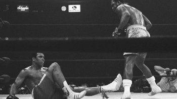 Muhammad Alí cae a la lona tras recibir un golpe de Joe Frazier en el 15to asalto el 8 de marzo de 1971. Esa mano decidió prácticamente el primero de tres combates entre los dos a favor de Frazier. Fue bautizada la Pelea del Siglo y 50 años después nadie lo discute.