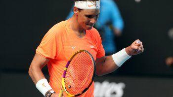 El español Rafael Nadal celebra su punto de partido contra el italiano Fabio Fognini durante su partido individual masculino en el octavo día del torneo de tenis del Abierto de Australia en Melbourne el 15 de febrero de 2021. David Gray / AFP