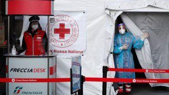 Un paramédico aguarda a realizar pruebas diagnósticas de COVID-19 a pasajeros el viernes 16 de abril de 2021 dentro de una carpa colocada afuera de la estación ferroviaria principal de Milán, Italia.