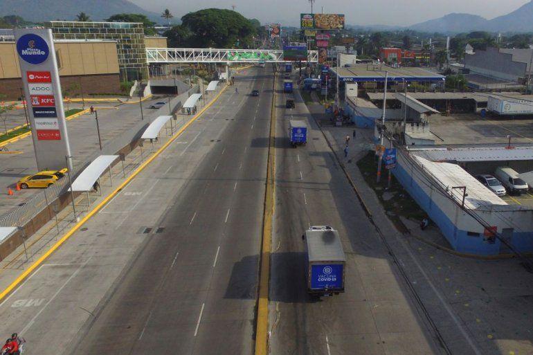 Camiones del Ministerio de Salud transportan dosis de vacunas para el COVID-19 que el gobierno de El Salvador donó a Honduras el jueves 13 de mayo de 2021.
