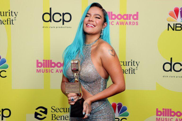Karol G posa en la ceremonia de los Billboard Music Awards 2021