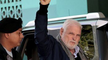 El expresidente panameño Ricardo Martinelli llega a la corte escoltado por un oficial de policía para seguir enfrentando su juicio por presunto espionaje en ciudad de Panamá el jueves 8 de agosto de 2019