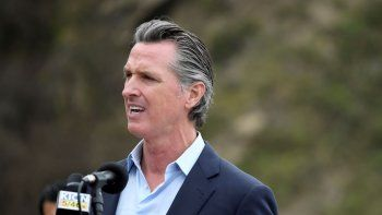 En esta imagen del 23 de abril de 2021, el gobernador de California Gavin Newsom durante una conferencia de prensa sobre la reapertura de una autopista en Rat Creek, cerca de Big Sur, California.