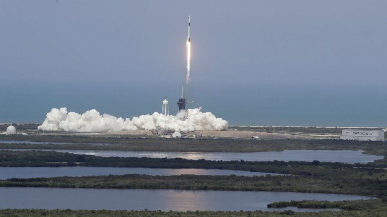 El presidente Donald Trump observa el vuelo de SpaceX a la Estación Espacial Internacional en el Centro Espacial Kennedy el sábado 30 de mayo de 2020 en Cabo Cañaveral