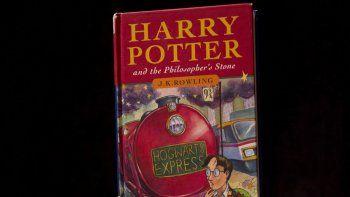 Fotografía del 20 de mayo de 2013 de una copia de la primera edición del primer libro de la serie de Harry Potter, titulado Harry Potter y la piedra filosofal, en la casa de subastas Sothebys en Londres.