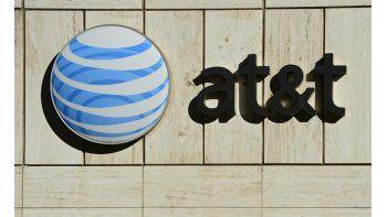 Imagen de archivo fechada el pasado 17 de enero de 2013 que muestra el logotipo de la empresa de telecomunicaciones AT&T en su sede de Dallas, Texas, Estados Unidos. AT&T anunció ayer 17 de mayo que ha alcanzado un acuerdo para adquirir la compañía Dir