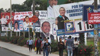 Las vallas publicitarias con candidatos para el Congreso se alinean en una calle en el barrio de San Juan de Miraflores de Lima, Perú, el jueves 23 de enero de 2020. Tras el cierre del Parlamento unicameral, los peruanos vuelven a las urnas para elegir a 130 congresistas que legislarán hasta el 28 de julio de 2021, en uno de los periodos más cortos de la historia de Perú.
