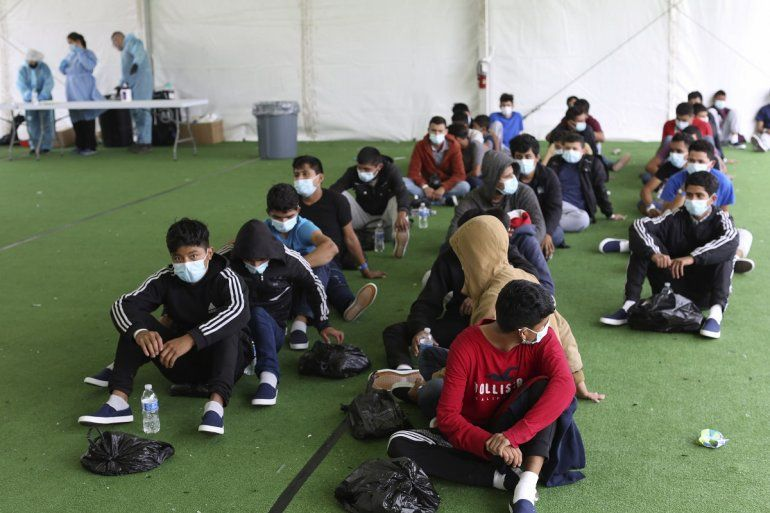 Migrantes menores de edad esperan para hacerse pruebas del COVID-19 en un albregue para niños migrantes no acompañados en Donna