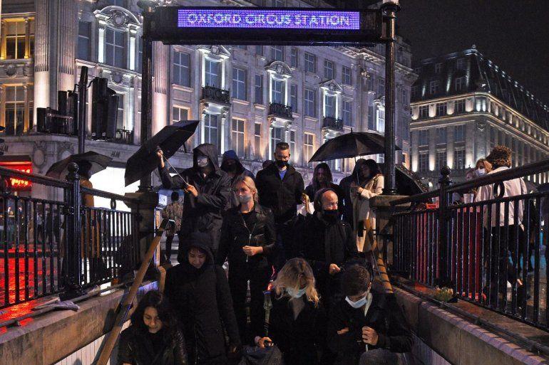 Un grupo de personas ingresa a la estación de metro Oxford Circus en Londres