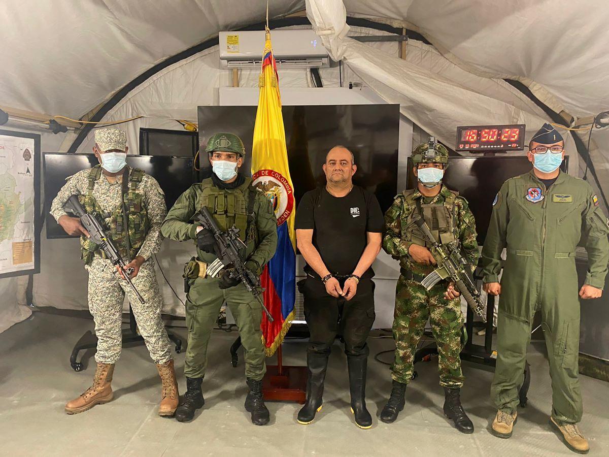 Uno de los narcotraficantes más buscados del país, Dairo Antonio Úsuga, alias Otoniel, líder del cartel del Clan del Golfo, es presentado tras su captura a los medios de comunicación en una base militar en Necoclí, Colombia, el sábado 23 de octubre de 2021.