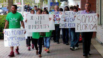 Imagen de archivo fechada en 2016, en Miami, de grupos por los derechos de los indocumentados en una protesta contra un proyecto de ley que castigaba a las llamadas ciudades santuario.