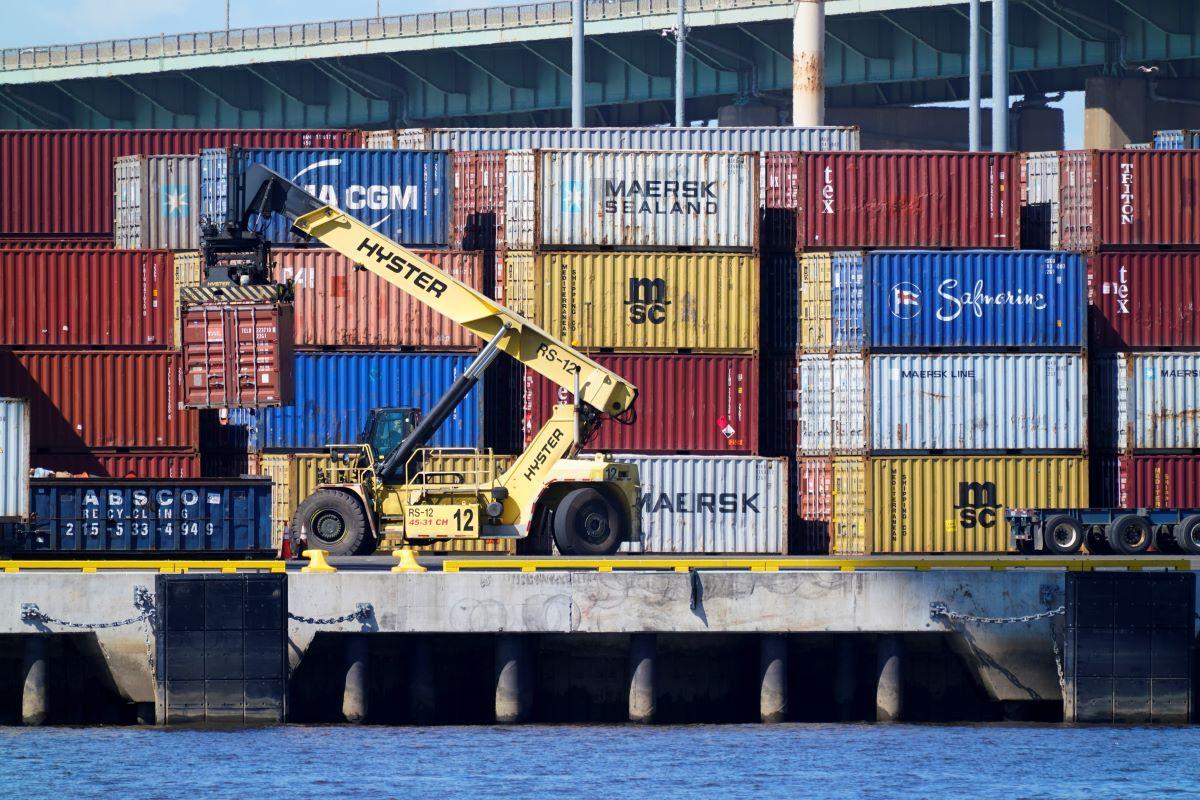 Un contenedor es transportado junto al río Delaware en Filadelfia el 29 de septiembre del 2021.