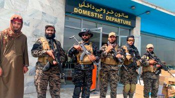 Combatientes talibanes montan guardia en el Aeropuerto Internacional Hamid Karzai tras la retirada estadounidense en Kabul, Afganistán, el martes 31 de agosto de 2021. El Talibán tomó el control del aeropuerto internacional de Kabul tras la retirada de las tropas estadounidenses. Entre 2002 y 2021, la ONU organizó vuelos hacia más de 20 destinos en Afganistán y el objetivo es volver a esos mismos niveles en cuanto la seguridad y el financiamiento de las operaciones estén asegurados