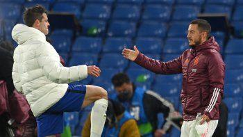 El delantero belga del Real Madrid Eden Hazard (R) le da la mano al defensa español del Chelsea, César Azpilicueta, después del partido de vuelta de la semifinal de la UEFA