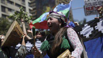 Una mujer indígena mapuche golpea un tambor durante una protesta antigubernamental en Santiago, Chile, el jueves 24 de octubre de 2019. La Alta Comisionada de la ONU para los Derechos Humanos, la expresidenta chilena Michelle Bachelet, enviará una comisión a su país para verificar las denuncias de supuestas violaciones a los derechos humanos durante las masivas protestas sociales en la nación sudamericana.