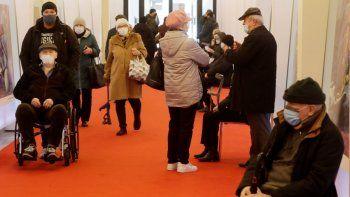 Varias personas llegan a recibir su vacuna contra el COVID-19 el miércoles 7 de abril de 2021 en un centro temporal de inoculación en el Estadio Nacional, en Varsovia, Polonia.