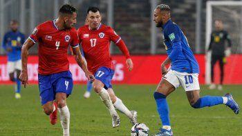 Los chilenos Mauricio Isla y Gary Medel, junto al brasileño Neymar compiten por el balón durante el partido de clasificación sudamericano para la Copa Mundial de la FIFA Catar 2022