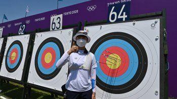 An San de Corea del Sur posa mientras compite en la ronda de clasificación de tiro con arco individual femenino durante los Juegos Olímpicos de Tokio 2020 en el Yumenoshima Park Archery Field en Tokio el 23 de julio de 2021.