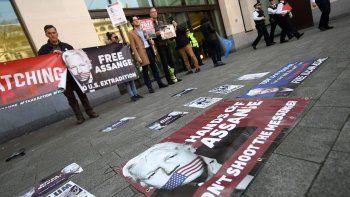 En abril pasado, varias personas mostraban carteles en apoyo al fundador del portal WikiLeaks,JulianAssange, frente al Tribunal de Westminster, en Reino Unido.