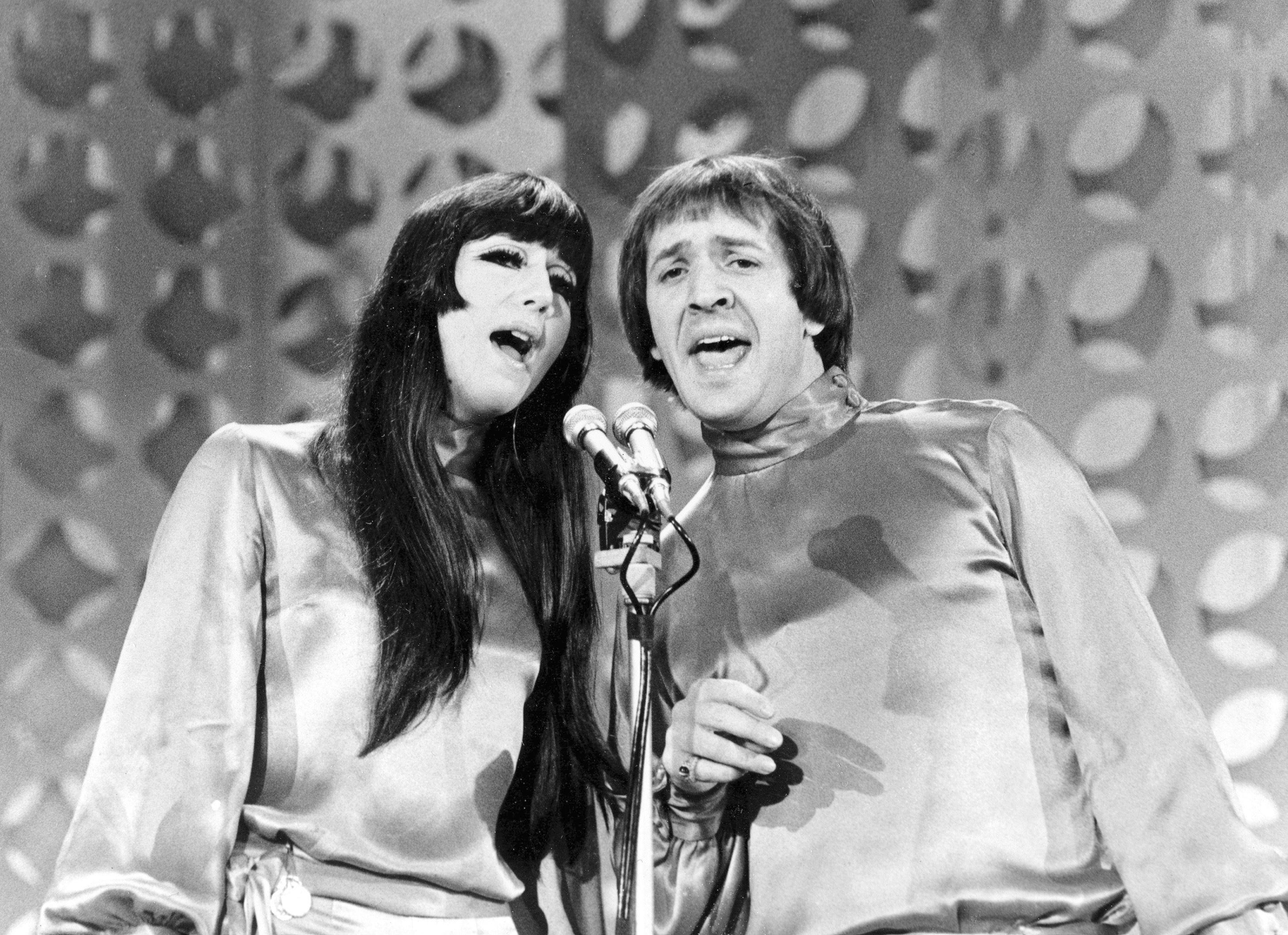En esta foto del 21 de enero de 1966, Sonny, a la derecha, y Cher cantan durante la grabación de The Danny Thomas Special en Los Angeles.