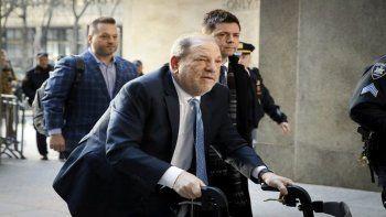 En esta fotografía del 24 de febrero de 2020, Harvey Weinstein llega a una corte de Manhattan mientras continúan las deliberaciones en su juicio por violación en Nueva York.