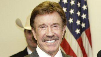 En esta foto del 2 de diciembre de 2010, el actor Chuck Norris tras una ceremonia en Garland, Texas. El manager de Norris dice que el astro de Walker, Texas Ranger no estuvo presente en el asalto fatal de la semana pasada en el Capitolio estadounidense.