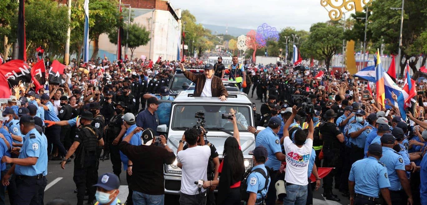 El dictador sandinista Daniel Ortega en su lujoso Mercedes Benz y rodeado de un fuerte dispositivo de seguridad que impide que sus simpatizantes se acerquen.