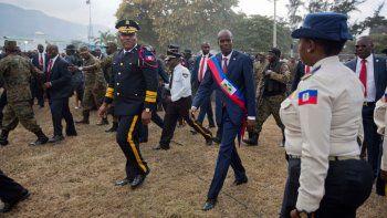 En esta fotografía de archivo del 7 de febrero de 2017, el presidente haitiano Jovenel Moïse camina acompañado por el jefe policial Michel-Ange Gedeon en el Palacio Nacional tras su ceremonia de juramentación en el Parlamento, en Puerto Príncipe, Haití.