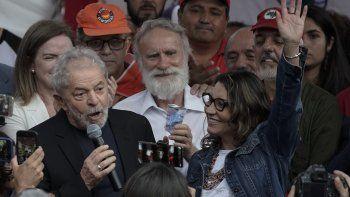 El expresidente brasileño Luiz Inácio Lula da Silva se dirige a sus partidarios mientras su novia Rosangela da Silva alza una mano luego de que él salió de la sede de la Policía Federal en la que estaba encarcelado por cargos de corrupción, en Curitiba, Brasil, el viernes 8 de noviembre de 2019.