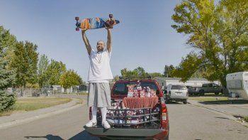 """En esta fotografía del 6 de octubre de 2020 proporcionada por Ocean Spray Nathan Apodaca con su patineta en la cajuela de una camioneta con productos de Ocean Spray en Idaho Falls, Idaho. El trabajador de una planta procesadora Nathan Apodaca se hizi famoso con un video de TikTok cantando """"Dreams"""" de Fleetwood Mac mientras bebe jugo de arándano montado en una patineta en una autopista de Idaho."""