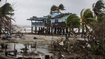 Iota impactó el lunes como un huracán en categoría 5 en el Caribe Norte de Nicaragua, azotando con fuertes lluvias y vientos el territorio centroamericano, donde los suelos aún estaban saturados de humedad por el paso del ciclón Eta dos semanas antes.