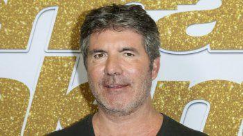 En esta fotografía de archivo del 28 de agosto de 2018, Simon Cowell llega a la alfombra roja de la tercera temporada de Americas Got Talent en el Dolby Theatre de Los Angeles.