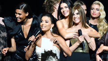 En esta foto del 23 de mayo de 2019, Carine Roitfeld (3rdR), Eva Longoria , Cindy Bruna (L), Kendall Jenner y Stella Maxwell durante la amfAR 26th Annual Cinema Against AIDS gala.