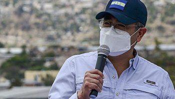 El presidente de Honduras, Juan Orlando Hernández, habla de la llegada del primer envío de 48.000 dosis de la vacuna Oxford-AstraZeneca proporcionada por el mecanismo COVAX en la Base Aérea Hernán Acosta Mejía en Tegucigalpa, el 13 de marzo de 2021.