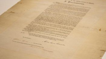 Contracción de las palabras June y 19 en inglés, el Juneteenth alude al 19 de junio de 1865. Ese día, un general de la Unión llegó a Galveston, Texas, e informó a los esclavos que eran libres, dos meses después del fin de la Guerra Civil, y dos años y medio después de que el presidente Abraham Lincoln emitiera la Proclamación de Emancipación