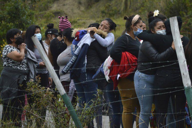 Familiares de presos se reúnen afuera de la cárcel de Turi donde estalló un motín de reclusos en Cuenca