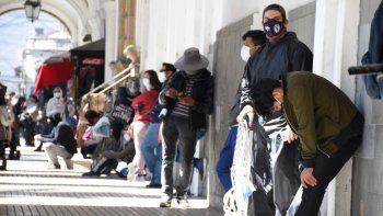 Bolivianos esperan formados para comprar dióxido de cloro en una farmacia en Cochabamba, Bolivia, 17 de julio de 2020. Aumenta la recolección de cadáveres en Cochabamba y La Paz.