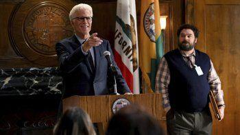 Ted Danson en el papel del alcalde Neil Bremer y Bobby Moynihan como Jayden Kwapis en una escena de la nueva comedia Mr. Mayor. que se estrena el jueves por NBC.