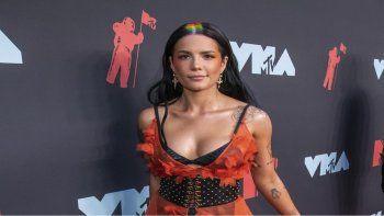 Halsey llega a la ceremonia de los Premios MTV a los Videos Musicales en Newark, Nueva Jersey, el 26 de agosto de 2019. La cantante pop anunció en Instagram que espera su primer hijo.