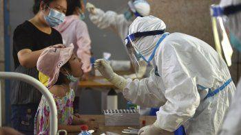 Una enfermera toma muestras para pruebas de COVID-19 en Nanjing, China, 2 de agosto de 2021. Decenas de casos nuevos se registraron el miércoles 4 de agosto de 2021 en el brote más grave del coronavirus en China desde el inicio de la pandemia. Las autoridades sellaron una ciudad y dijeron que sancionarán a sus gobernantes locales.