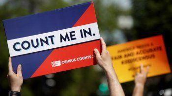 Un activista sostiene una pancarta con la frase Cuenta conmigo para criticar el plan del presidente Donald Trump de incluir una pregunta sobre ciudadanía en el censo de 2020.