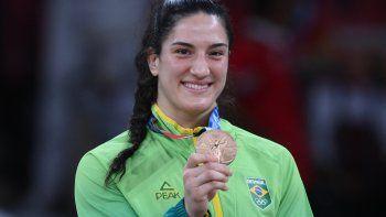 La brasileña Mayra Aguiar, medallista de bronce, celebra durante la ceremonia de entrega de medallas del concurso de judo femenino de -78 kg durante los Juegos Olímpicos de Tokio 2020