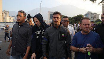 El opositor venezolano Leopoldo López tras ser liberado este martes en Caracas como parte de la Operación Libertad convocada por el presidente encargado de Venezuela, Juan Guaidó.