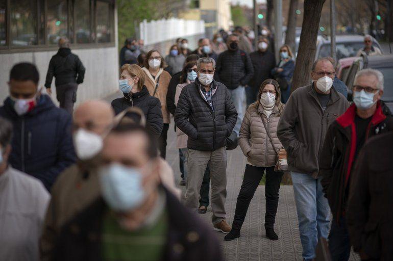 Personas formadas a las afueras de una clínica pública a la espera de recibir una dosis de la vacuna de AstraZeneca contra el coronavirus
